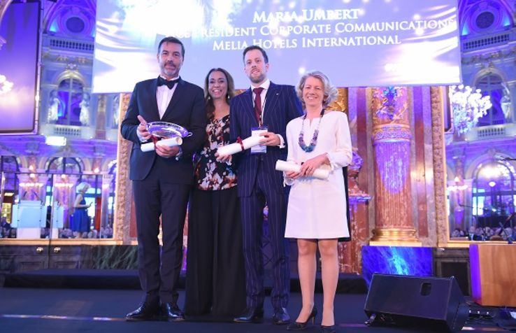 Guillaume Marly, GM ME London hotel recevant le prix remis par Ilham Kadri, President Diversey care, Thomas Schneider, Hotel Manager Steigenberger Hotel Am Kanzleramt-Berlin, Anne Legrand, chair person-marriott worldwide business council france