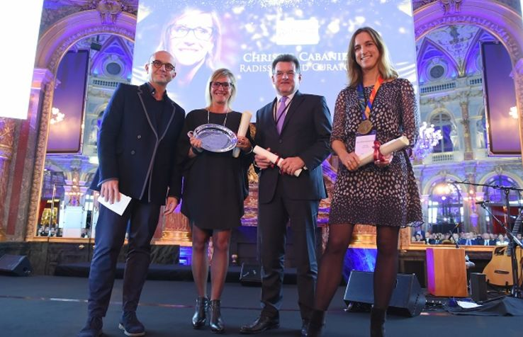 Prix remis par Boris Provost Directeur du salon Equiphotel, christel cabanier, radisson red curator, michel prokop, DG et VP Developpement allemagne, suisse et autriche- Dolce bad nauheim, Severine buffard, directrice general adjointe- paris inn group